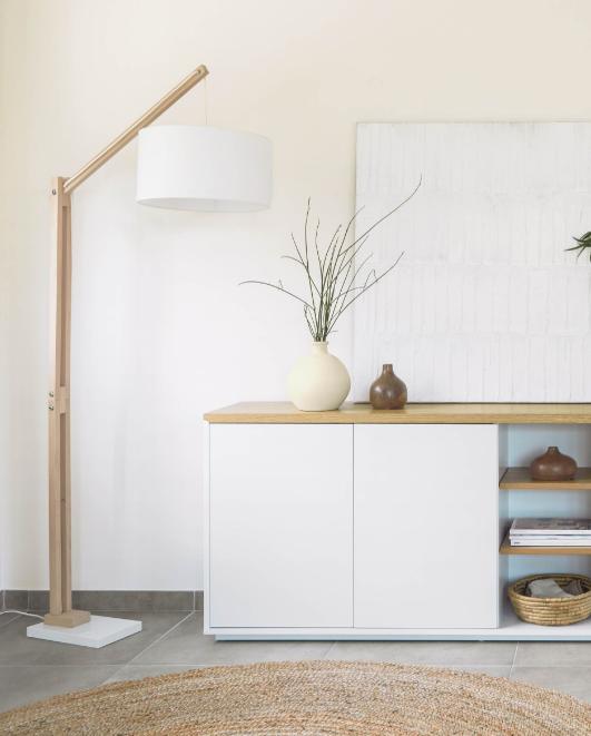 Lámpara de pie Sonia de madera maciza de haya con pantalla blanca